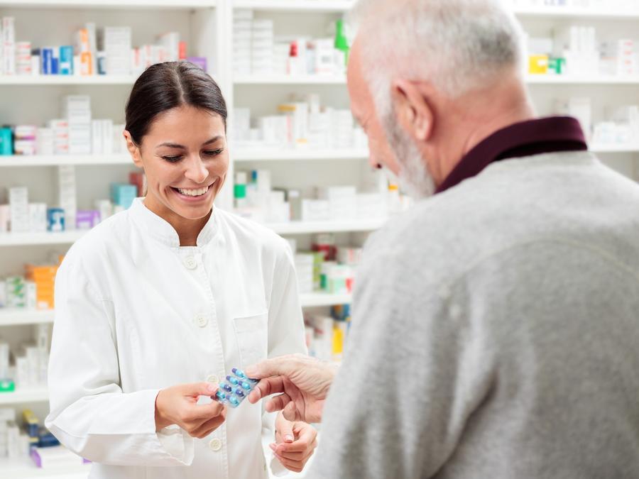 Farmacéutica entregando medicamento a hombre