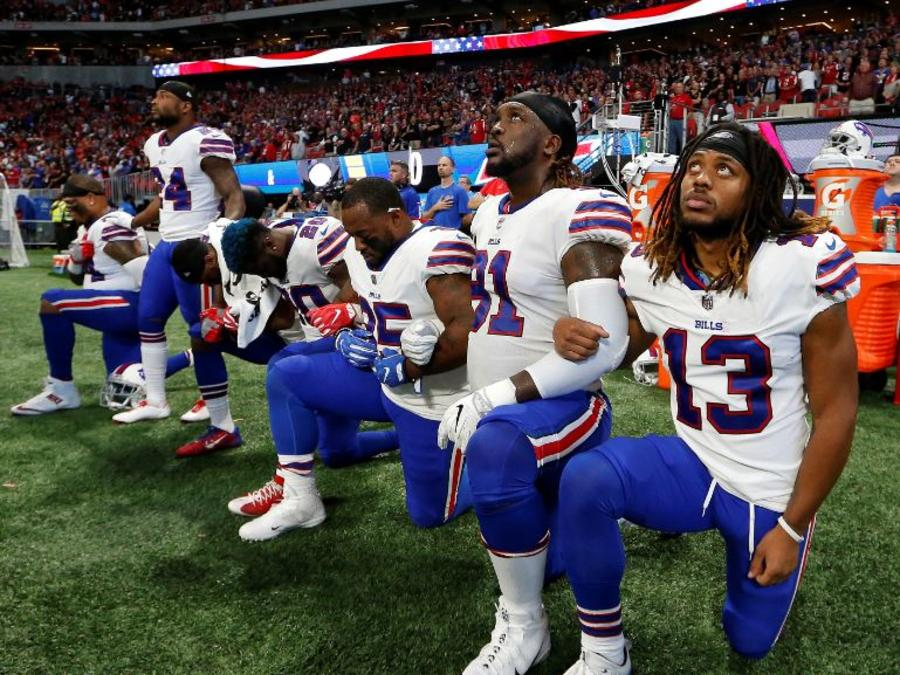 Jugadores del Buffalo Bills se arrodillan durante el himno nacional el pasado octubre en Atlanta.