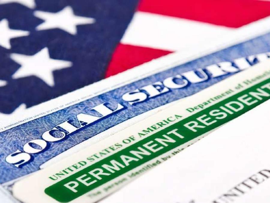 Imagen de archivo de tarjetas de residencia y de seguridad social.