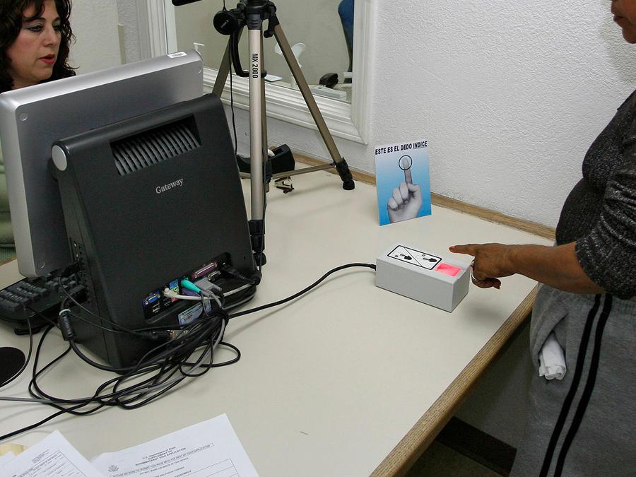 Foto de archivo: Una mujer utiliza la tecnología biométrica en el consulado de México en Tijuana