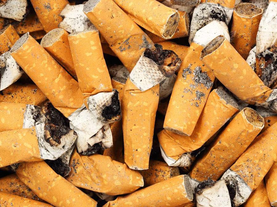 Colillas de cigarrillos con ceniza
