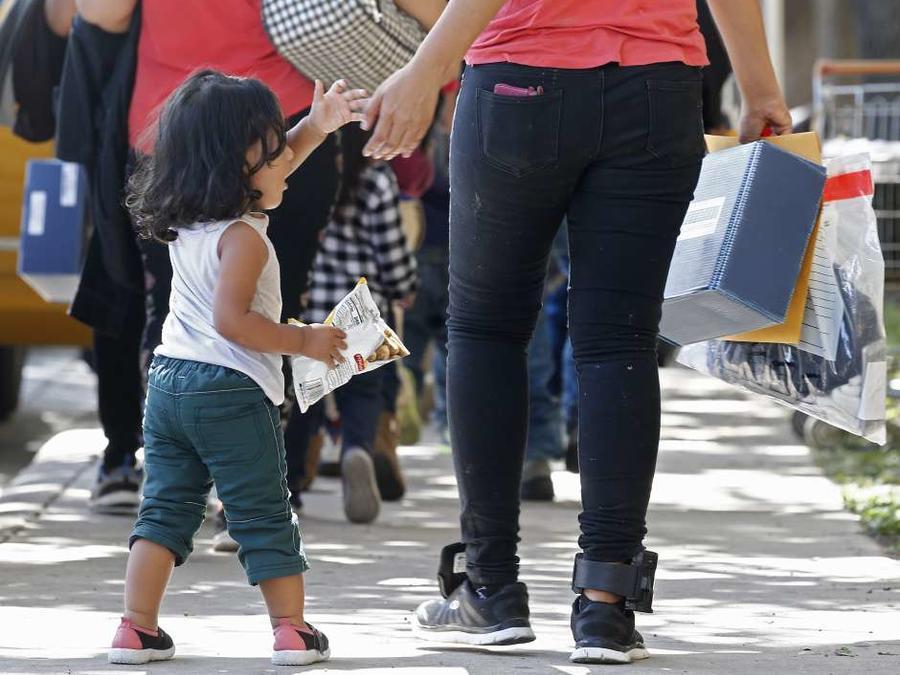 Una niña de la mano de una mujer en una imagen de archivo