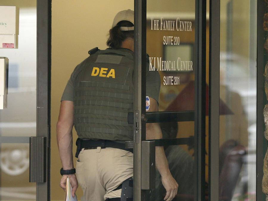 Oficiales de la DEA durante un operativo.