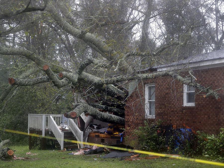 Tras el paso del huracán Florence, un árbol cae sobre una casa y termina con la vida de una madre y su hijo en WIlmigan, Carolina del Norte.