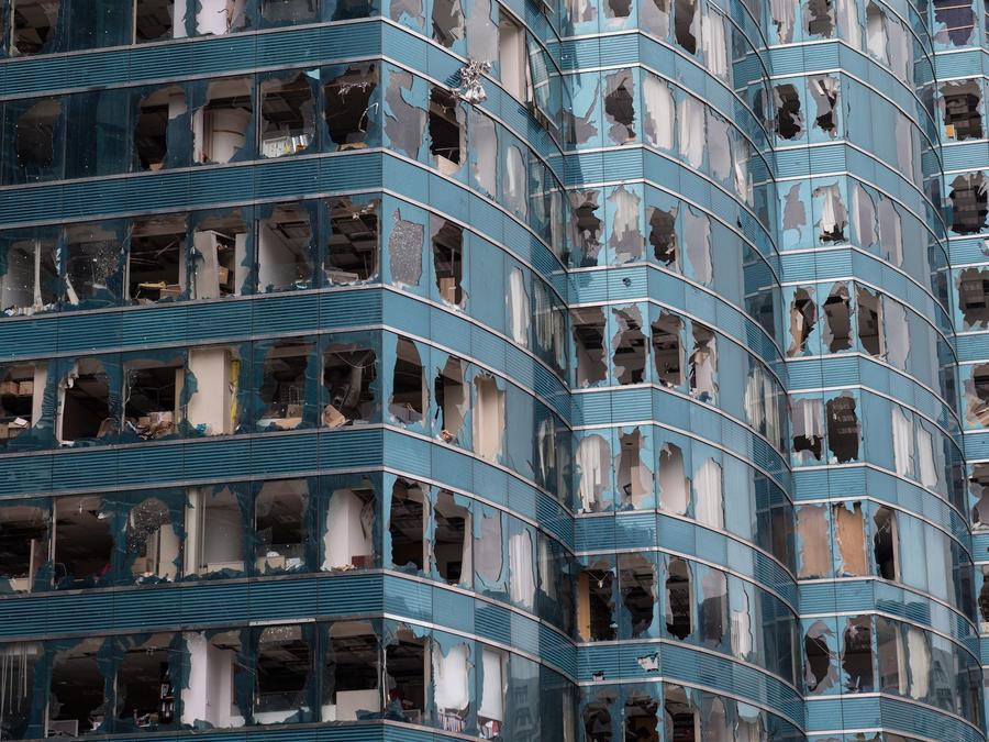 Destrozos en un edificio de oficinas tras el paso del tifón Mangkhut en Hong Kong