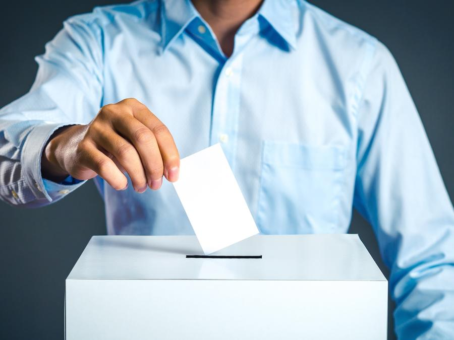 Hombre con camisa votando