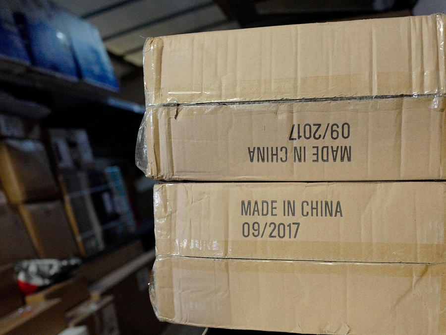 Paquetes con artículos hechos en china entre un camión de UPS listos para ser entregados a compradores