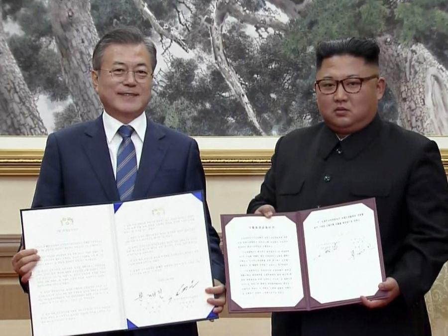 El presidente surcoreano Moon Jae-in (izquierda) y el líder norcoreano, Kim Jong Un, este miércoles tras firmar en Pyongyang, Corea del Norte.