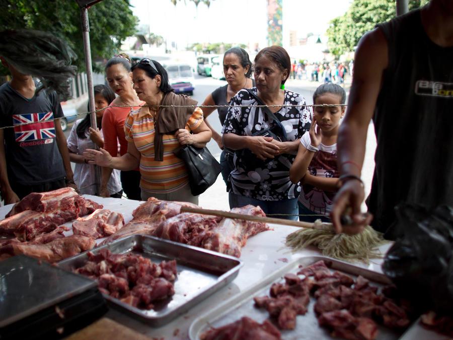 Venezolanos compran carne cuando aún el producto podría encontrarse en el país en una imagen de archivo