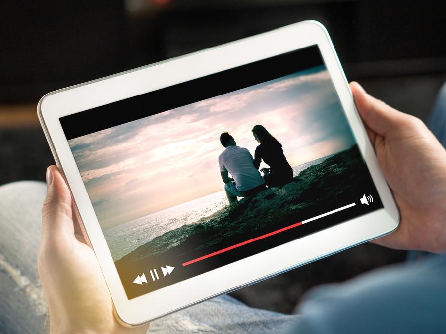 Hombre viendo película por streaming