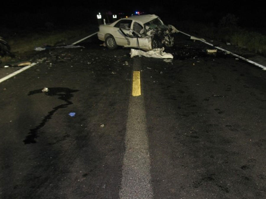Carro destrozado tras accidente en Arizona que se cobró la vida de 8 personas