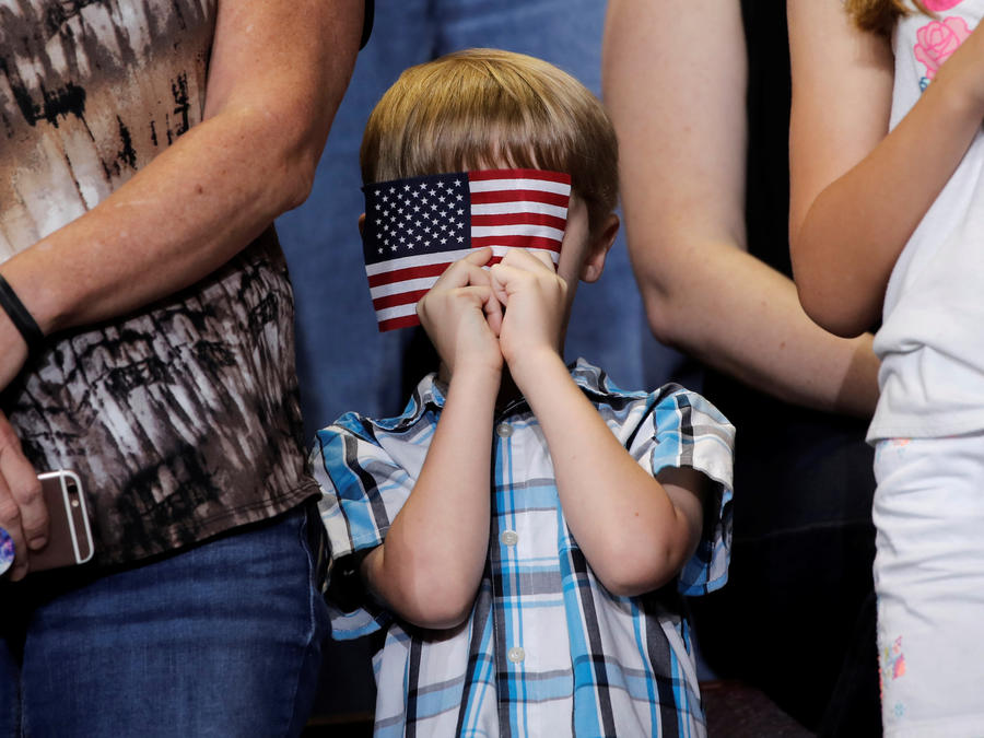 Un niño sostiene una bandera estadounidense durante el acto político de Trump este viernes en Springfield (Missouri).