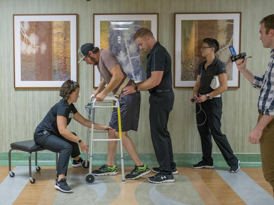 Jered Chinnock camina en la clínica Mayo Clinic el 18 de septiembre.