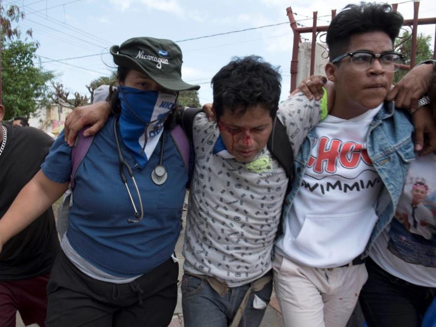 Un manifestante herido en un marcha pacífica este domingo contra el gobierno de Daniel Ortega en Managua.
