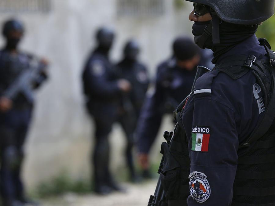 Policías mexicanos vigilan una zona en Acapulco.