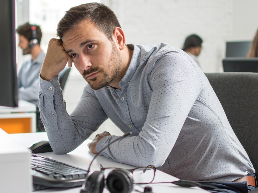 Hombre deprimido en su trabajo