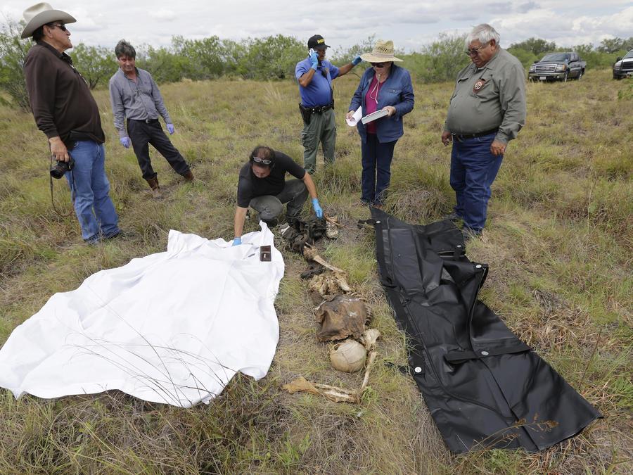 Examen en junio de 2014 de los restos de un salvadoreño que falleció cruzando la frontera estadounidense.