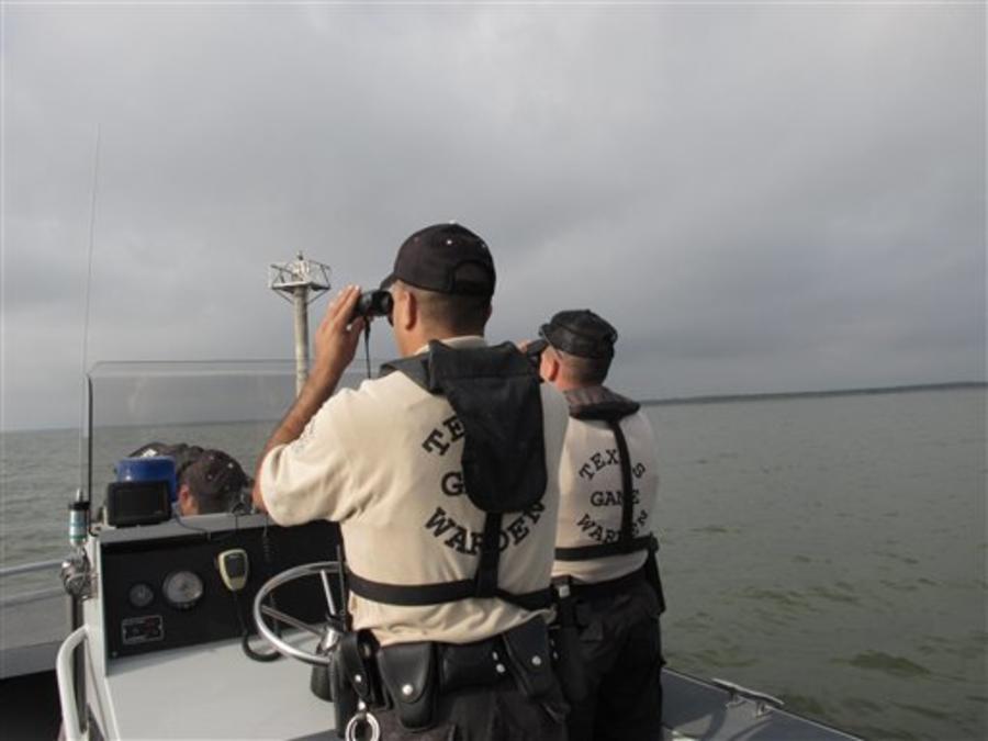 Guardia costera estadounidense vigila un lago en la frontera de Texas con México en busca de piratas
