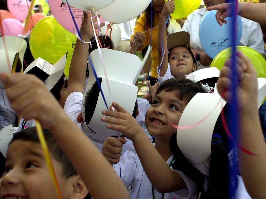 Niños durante una marcha contra la explotación laboral infantil en Monterrey