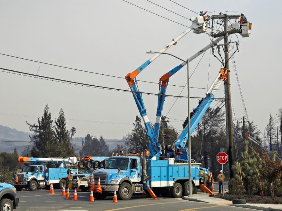 Un equipo de Pacific Gas & Electric restaura un cableado eléctrico en Santa Rosa, California.
