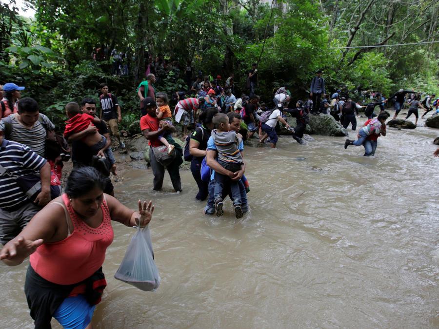 Inmigrantes hondureños atraviesan el río Lempa, en la frontera entre Honduras y Guatemala en su camino a EEUU