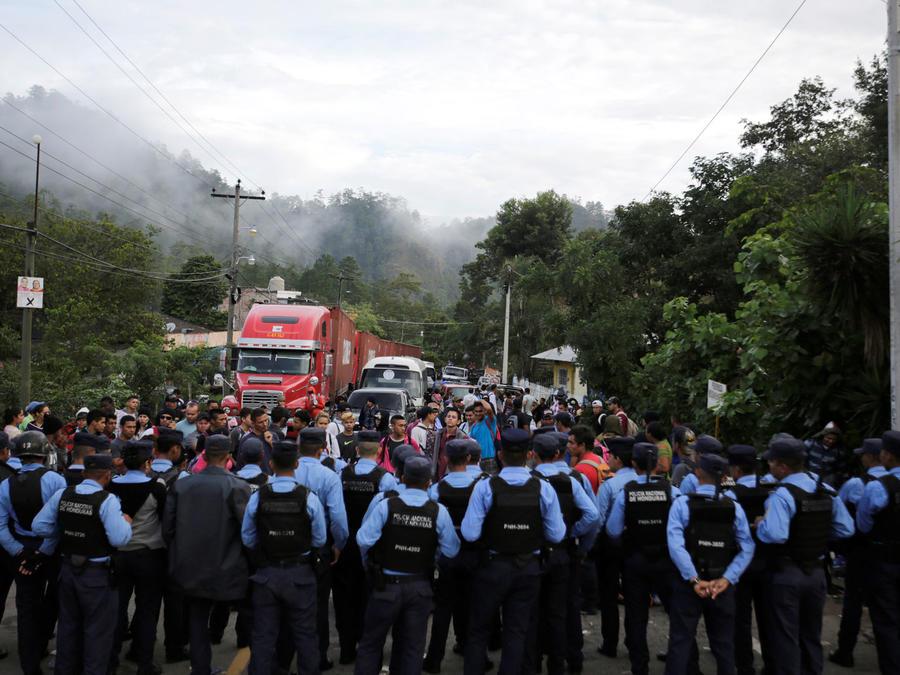 Miles de migrantes en la frontera entre México y Guatemala