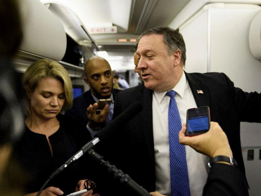El secretario de Estado, Mike Pompeo, habla con la prensa este jueves en el avión de camino a Mexico.