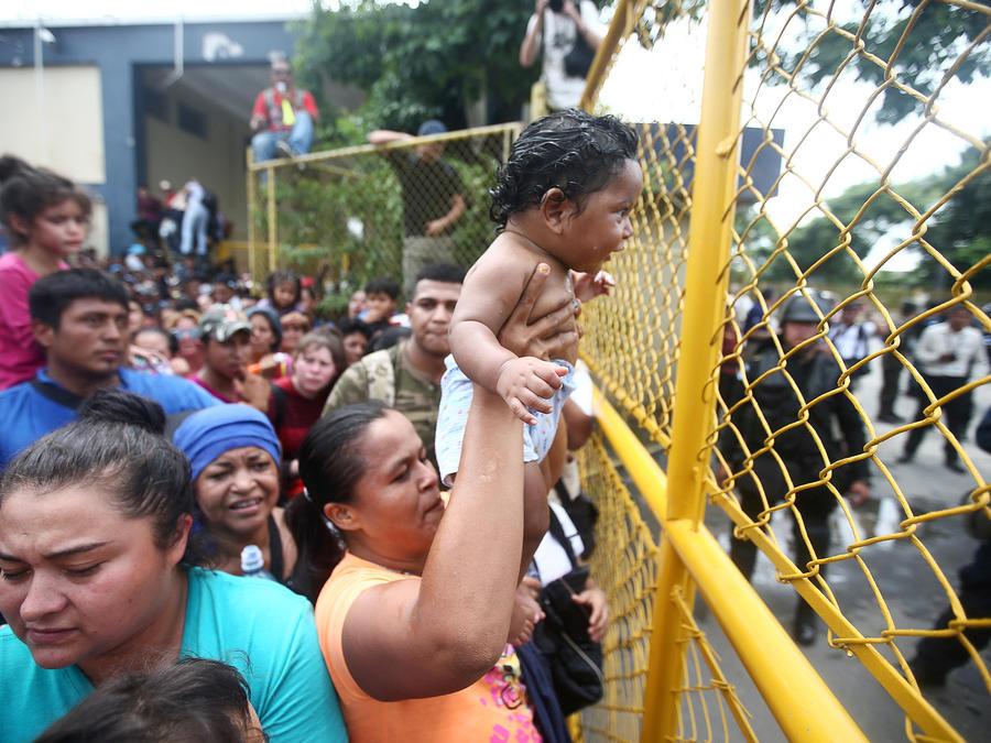 Inmigrantes hondureños, este viernes en la frontera de Guatemala y México en Tecun Uman.