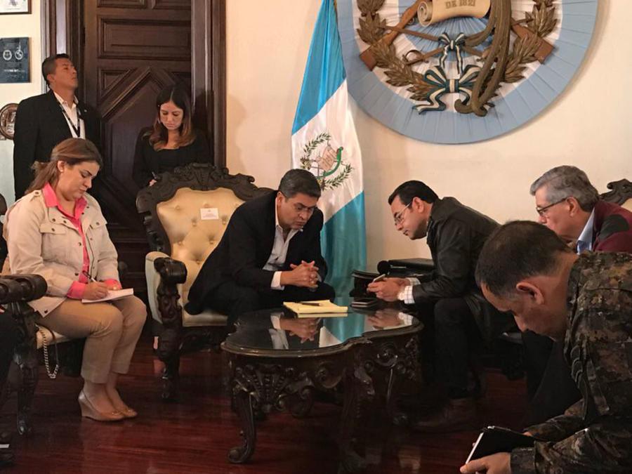 Presidentes de Guatemala y Honduras conversan con su homólogo mexicano sobre la situación de los migrantes de caravana varados en el puente del río Sichuate