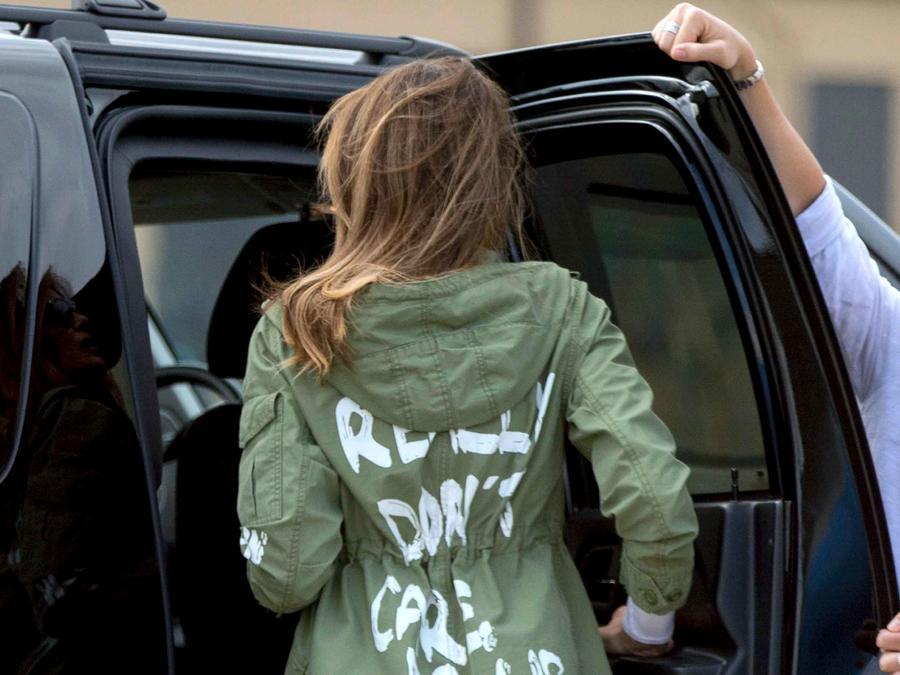 Melania Trump usó esta chaqueta verde de Zara para un viaje a un centro de detención de menores inmigrantes y la modelo usa una igual para imitarla.