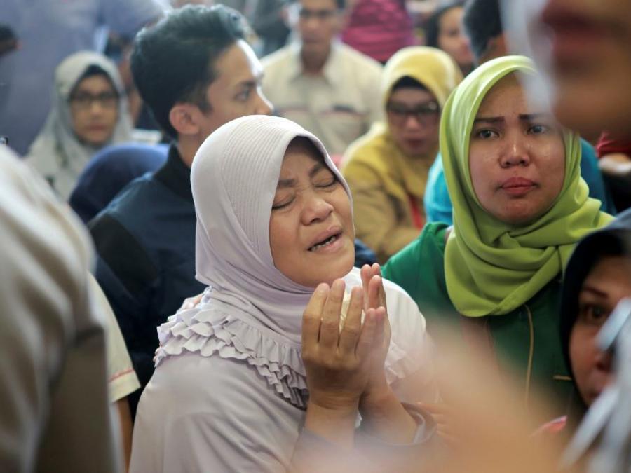 Familiares de los pasajeros este lunes esperan noticias sobre el avión de Lion Air que se estrelló en la isla de Java, en el aeropuerto de Depati Amir en Pangkal Pinang, Indonesia.