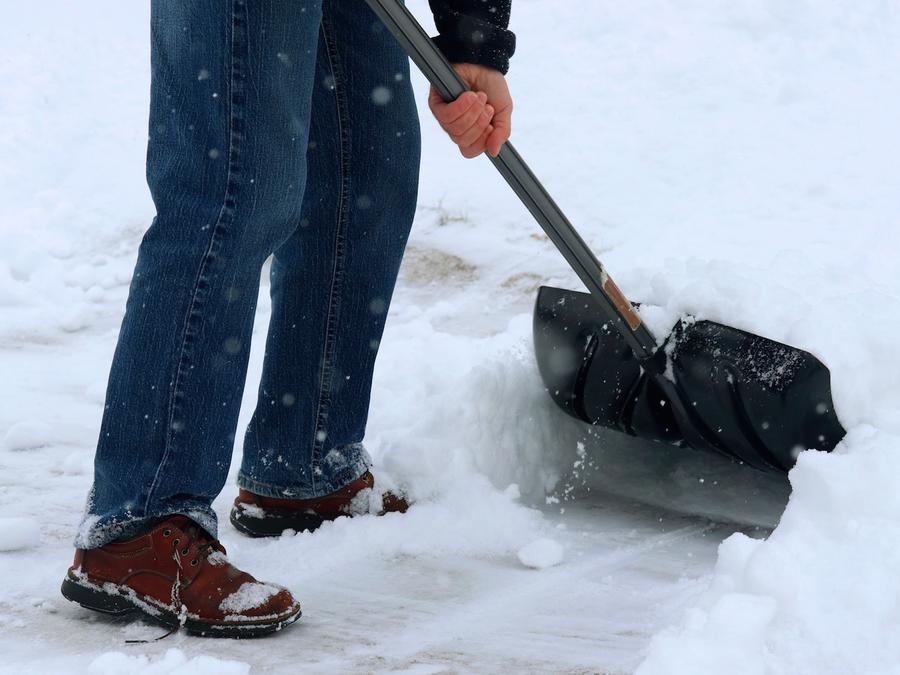 Persona con pala en la nieve