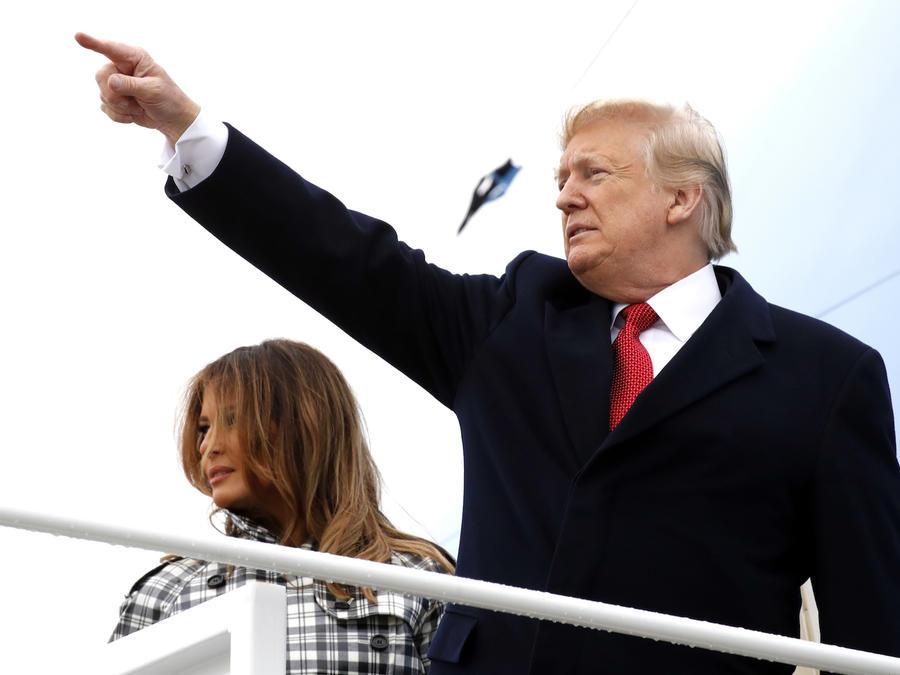 Trump y su esposa, en el avión presidencial antes de salir de viaje este viernes hacia Francia.