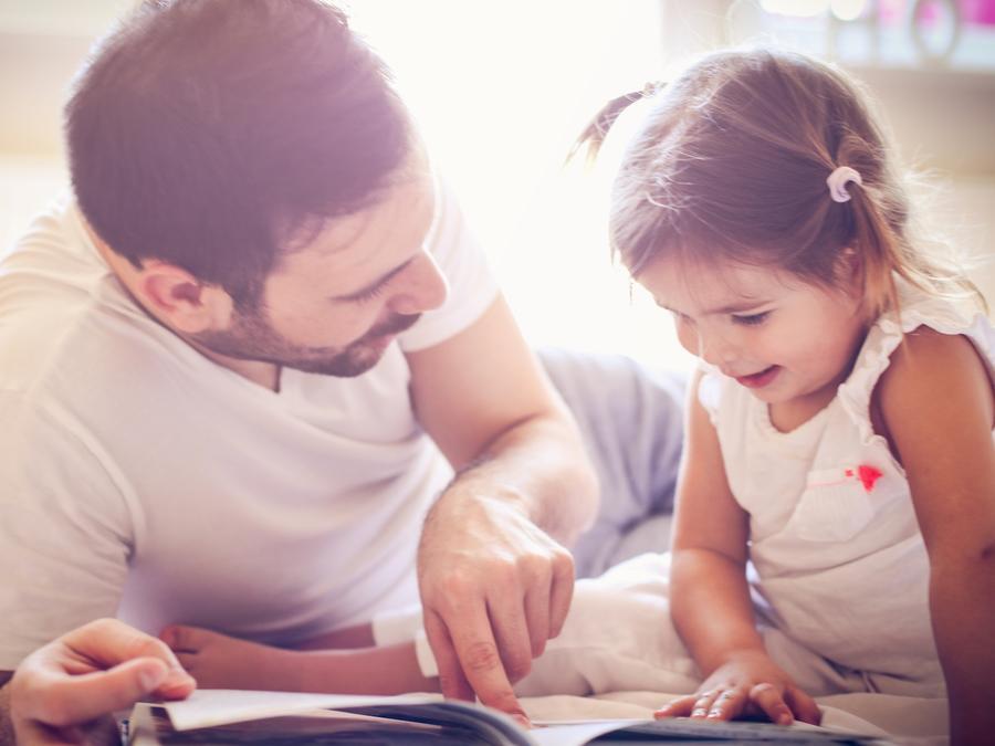 Padre e hija leyendo