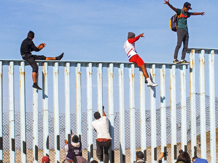 Migrantes de la caravana se apostaban ayer, 13 de noviembre,en el muro fronterizo entre México y EEUU tras semanas cruzando Centroamérica y territorio mexicano