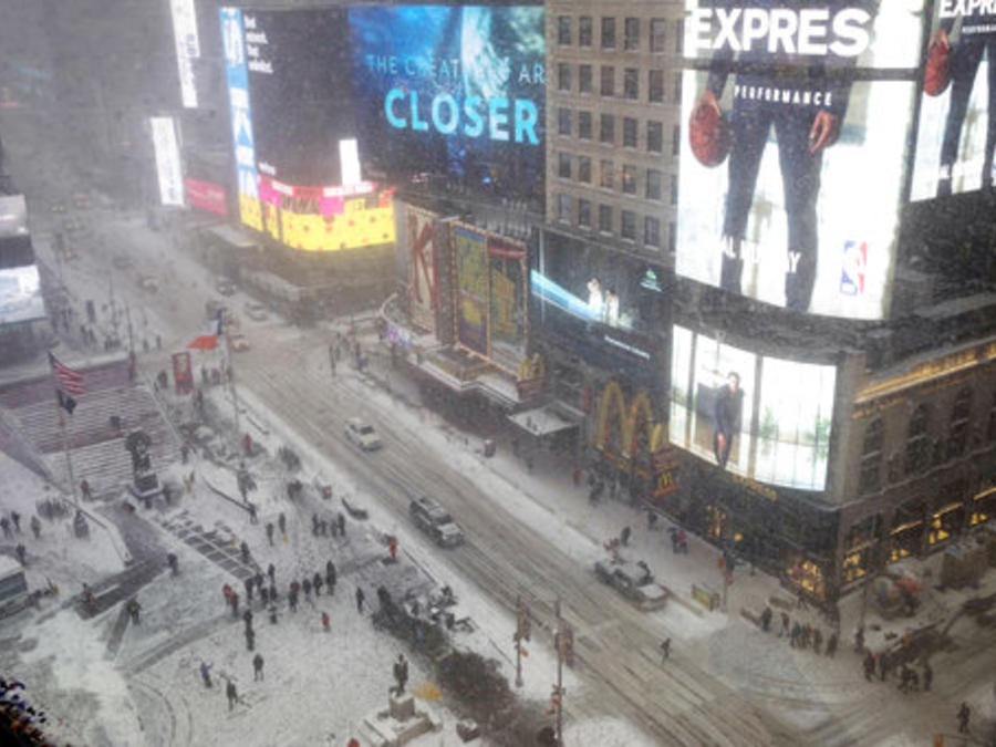 Foto de Times Square en Nueva York mientras cae nieve