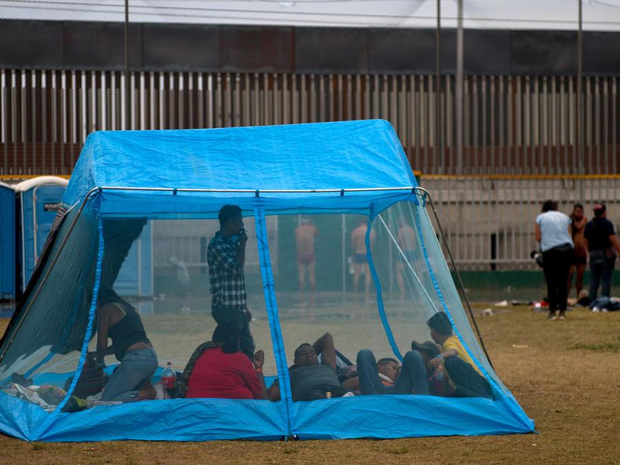 Integrantes de la caravana migrante en una tienda de campaña en un complejo de la ciudad mexicana de Tijuana