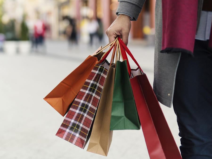 Persona cargando bolsas de compras