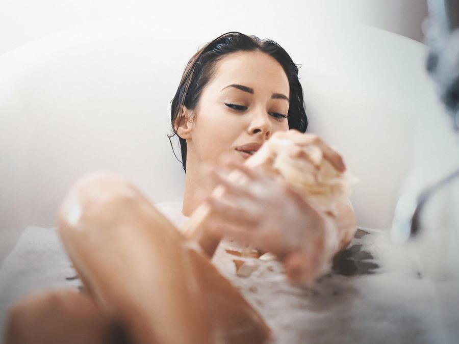 Mujer tomando un baño