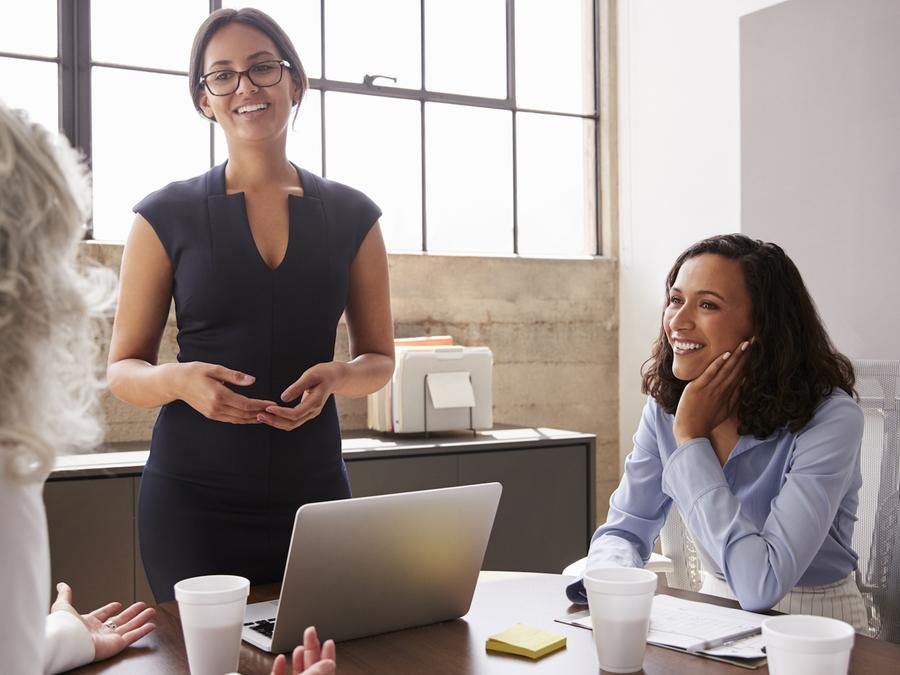 Mujeres latinas en una reunión