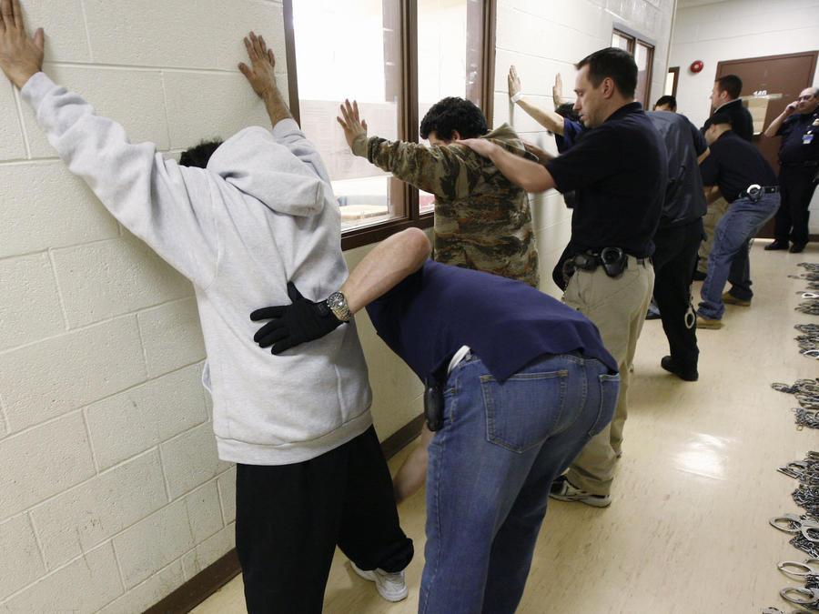 Inmigrantes examinados en un centro de ICE en Illinois el 14 de marzo.