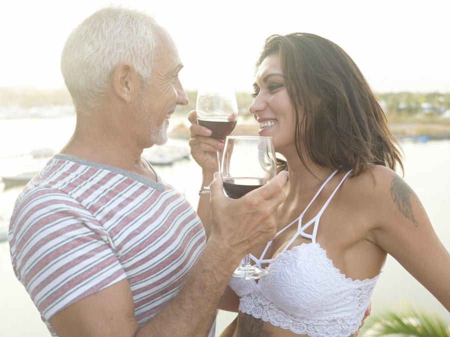 Mujer con hombre mayor