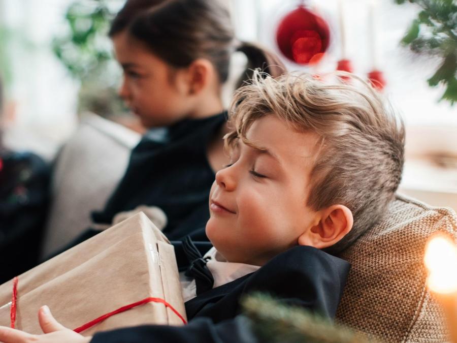 Niño feliz con regalo de Navidad