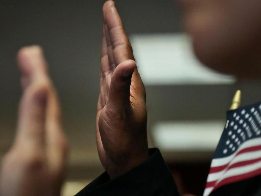 Personas en una ceremonia de juramentación de la ciudadanía de EEUU en una imagen de archivo