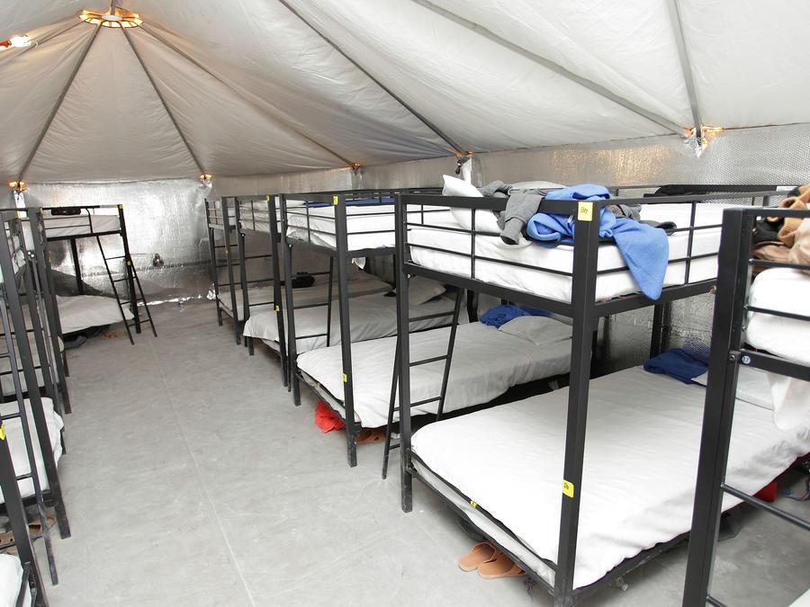 Un menor en uno de los camarotes en el centro de detención de menores inmigrantes localizado en Tornillo, Texas.
