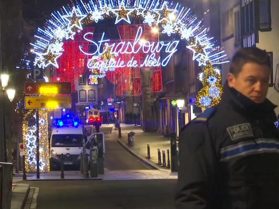 Imagen de un oficial de la policía en el mercado navideño de Estrasburgo, Francia, donde un sujeto disparó contra una multitud desarmada