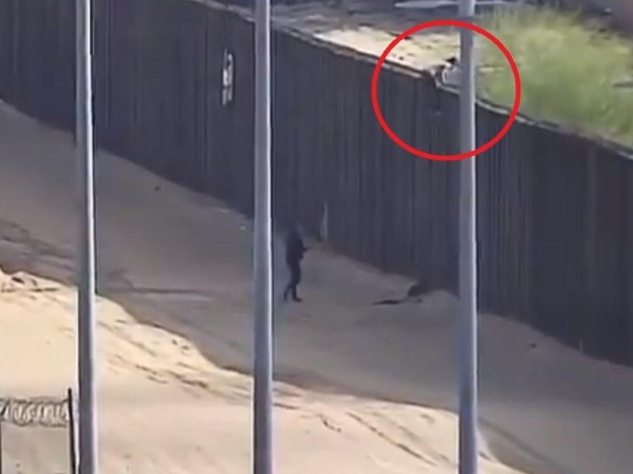 Momento en que una niña cae del muro fronterizo. La menor resultó con heridas severas en al cabeza