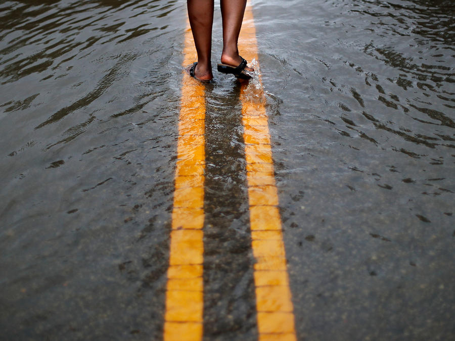 Una persona camina sobre las calles mojadas en Caolina del Norte en una imagen de archivo