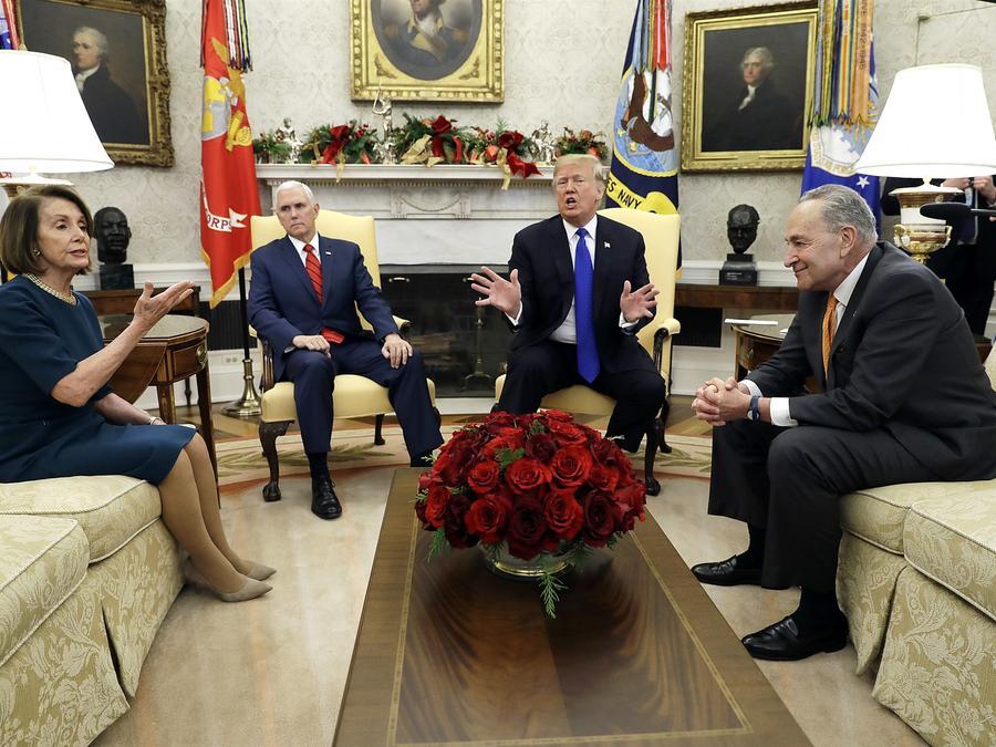 A pesar de que sus posibilidades de ganar siguen disminuyendo,  Trump sigue lanzando fichas sobre la mesa en materia de inmigración. Evan Vucci / AP