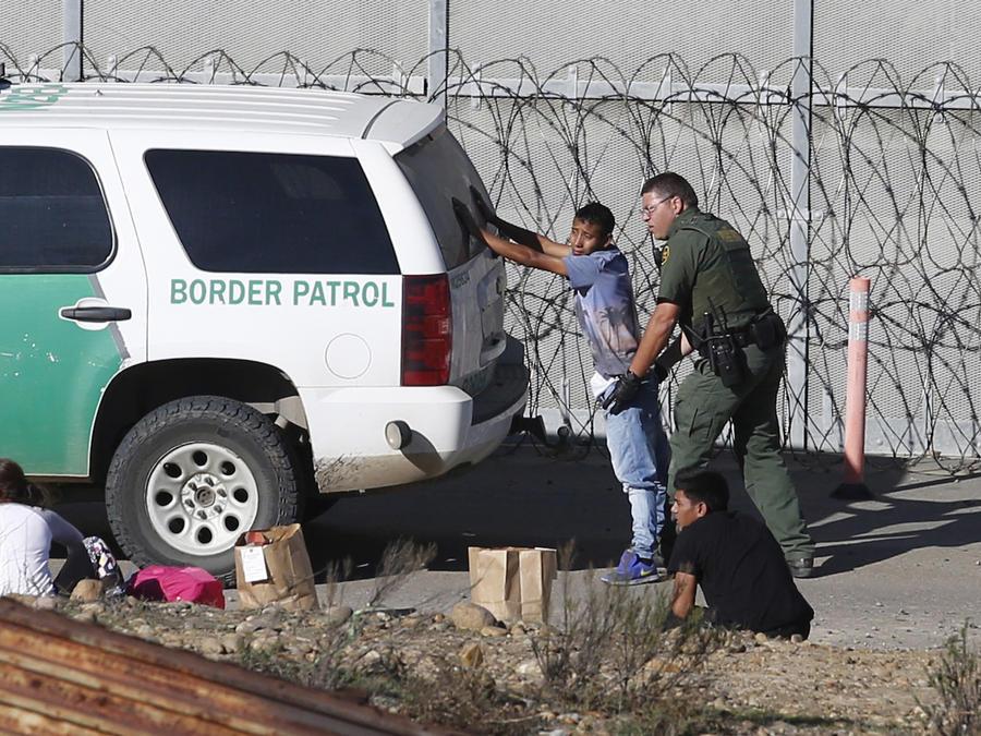 Solicitantes de asilo hondureños detenidos por la Patrulla Fronteriza cerca de San Diego el 15 de diciembre.